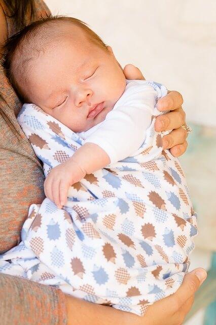 赤ちゃんを抱っこ