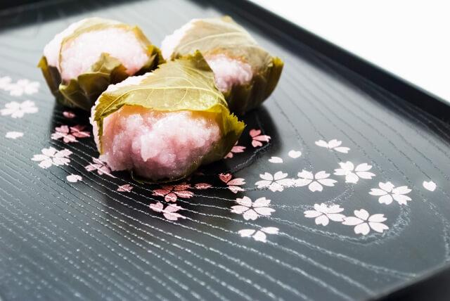 桜餅は花まつりメニューの定番